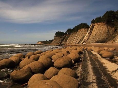 800px-bowling_balls_beach_2
